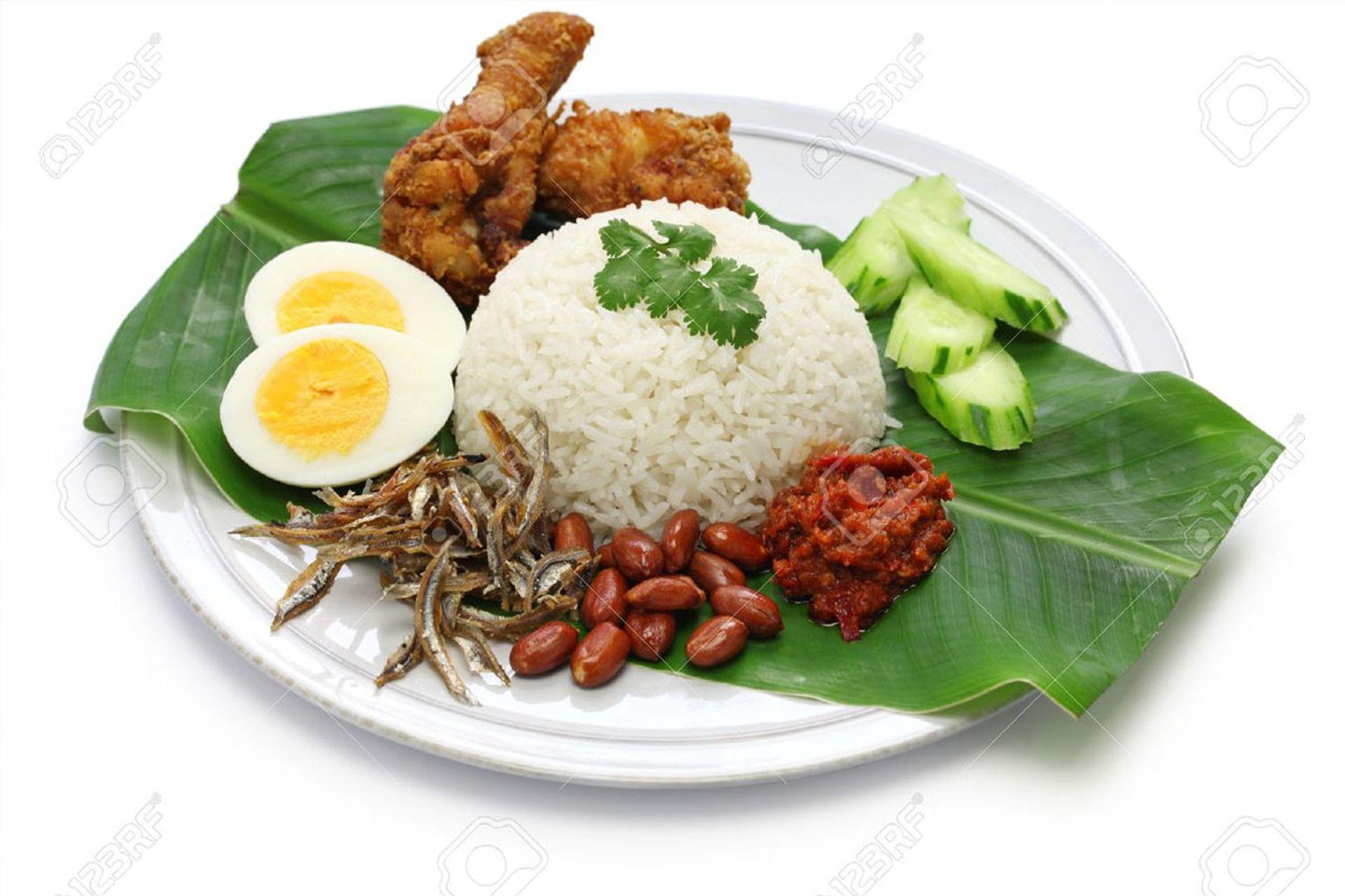 Cá cơm chiên, các loại hạt, dưa leo và một quả trứng luộc