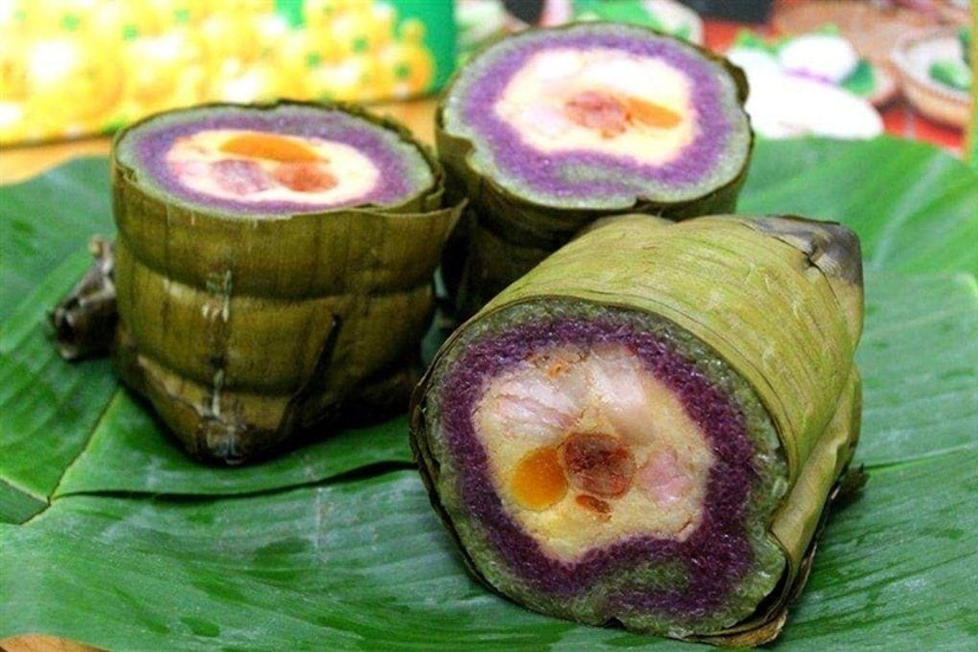 Bánh tét lá cẩm có nhân thịt mỡ và trứng muối vịt. Ảnh: Sưu tầm