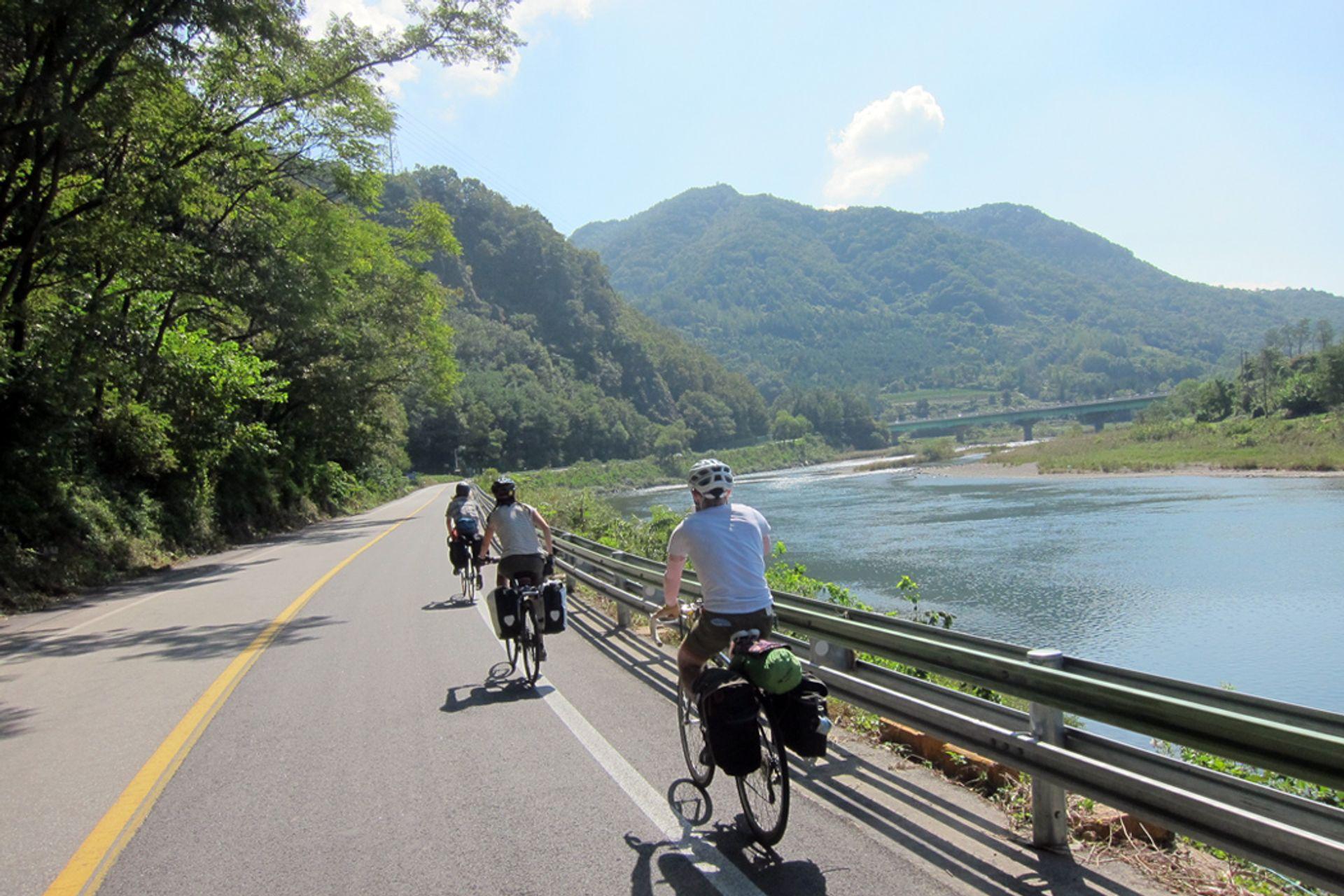 Trải nghiệm đi xe đạp trên các cung đường mòn