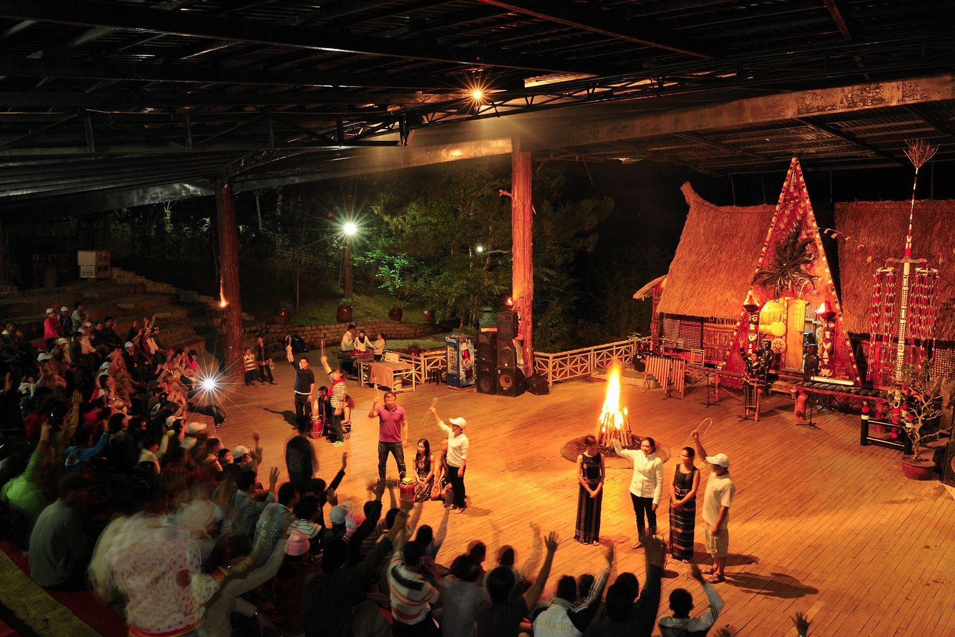 Sân khấu Cồng chiêng Tây Nguyên