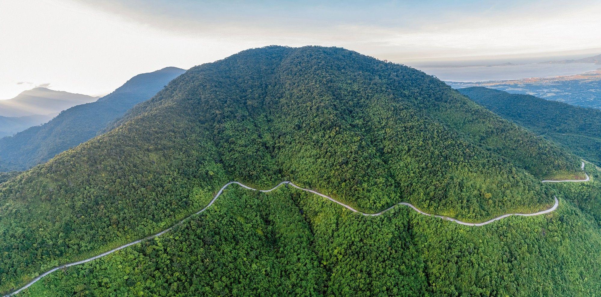 Núi Bạch Mã cao vời vợi