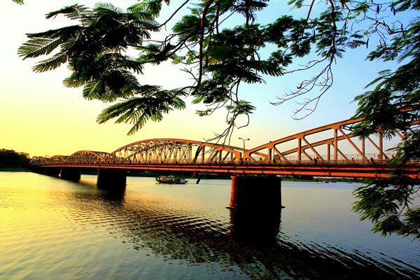 Cây cầu này gắn với hình ảnh Huế mộng mơ