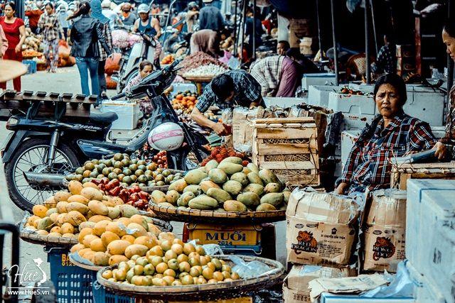 Chợ Đông Ba luôn tấp nập người mua kẻ bán