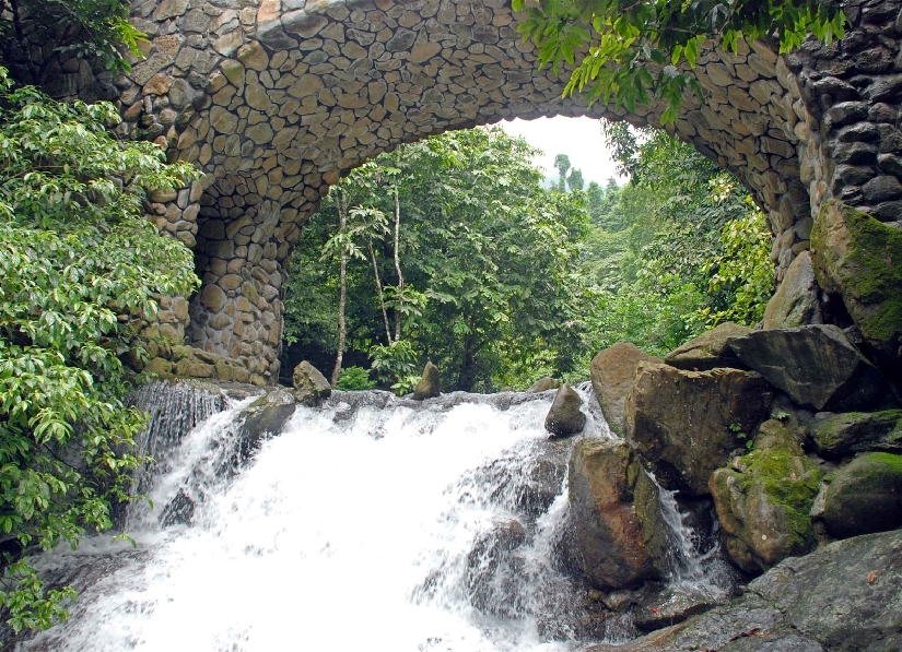 Dòng thác chảy xuống ào ào tung bọt trắng xóa tạo nên cảnh sắc tuyệt đẹp vô cùng